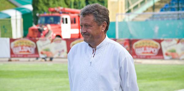 Myron Markevych à l'entrainement avec le Karpaty Lviv portant une Vyshyvanka , chemise traditionnelle ukrainienne.
