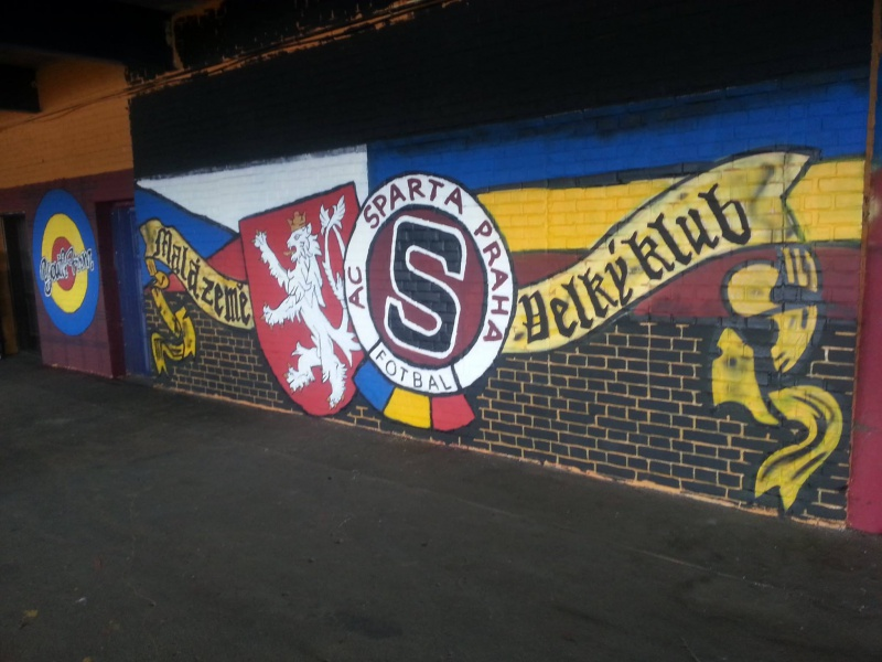 Fresque à l'entrée du stade
