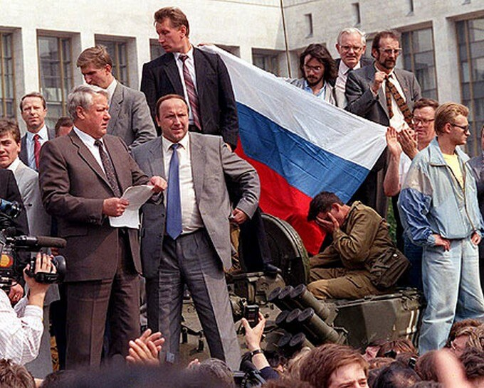 Boris Eltsine debout sur un char prononçant un discours à côté du drapeau russe