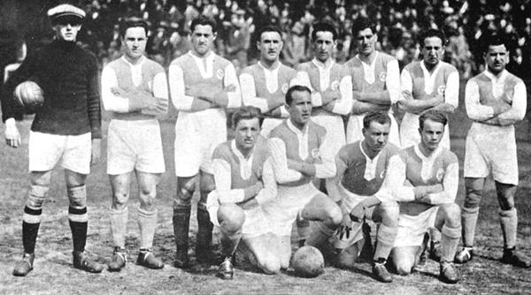 Hakoah Viene au Stadion Polo Ground de New York en 1926. Le XI: Fabian, Eisenhoffer, Schwarz, Neufeld, Hess, Drucker, Häusler, Grünwald; Wegner, Pollak, Wortmann, Gold | © Inconnu