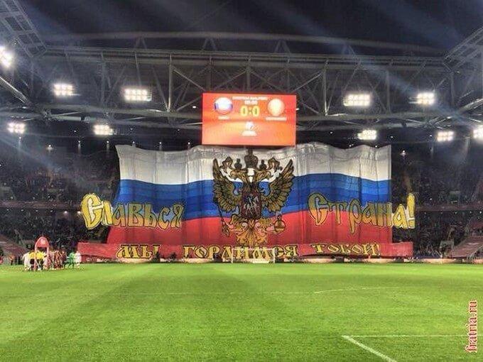 Le beau tifo Russe pour la réception du Monténégro