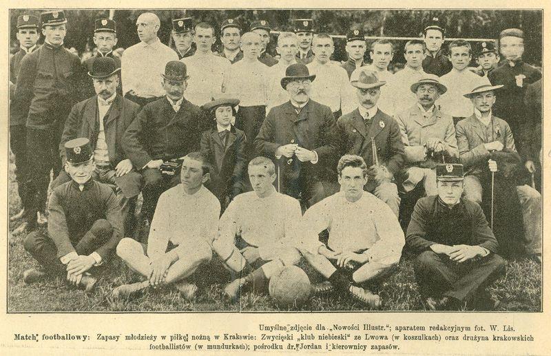 Ci dessus l'équipe de l'Akademicy avec au milieu l'homme regardant tout sauf le photographe, c'est le Docteur Henryk Jordan