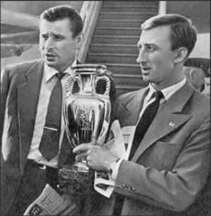 Lev Yachin et Igor Netto portant la Coupe d'Europe en 1960.