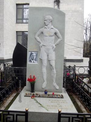 Au cimetière de Vagankovo, un mémorial fut érigé représentant Igor Netto dans la force de l'âge avec l'emblème du Spartak. Il est écrit :»Des millions de personnes t'ont aimé». © Dvamala