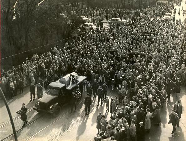 Les obsèques ont eu lieu le 16 avril 1963 avec plusieurs milliers de personnes présentes et un drapeau du Wisła qui couvre son cercueil.