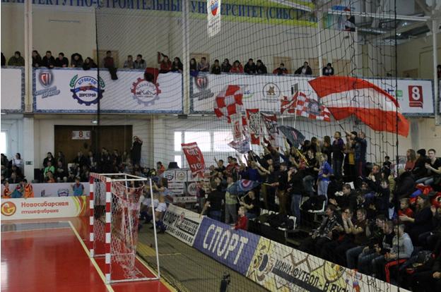 Le Sibiriak mise sur une association inédite pompoms-ultras (© Adrien Morvan / Footballski)