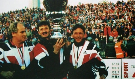 Ryszard « Le coiffeur » Forbrich sur la gauche soulevant la coupe de Pologne, premier trophée de l'histoire du club. | © raspolik.blogspot.com