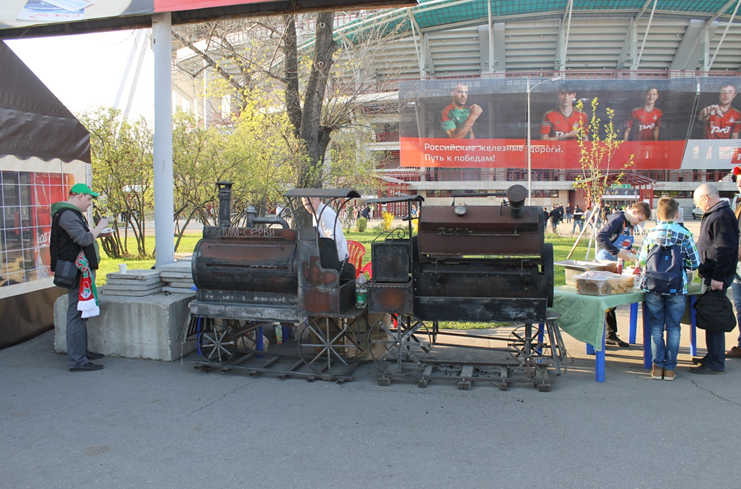 Le barbecue locomotive, un incontournable | © Adrien Morvan / Footballski