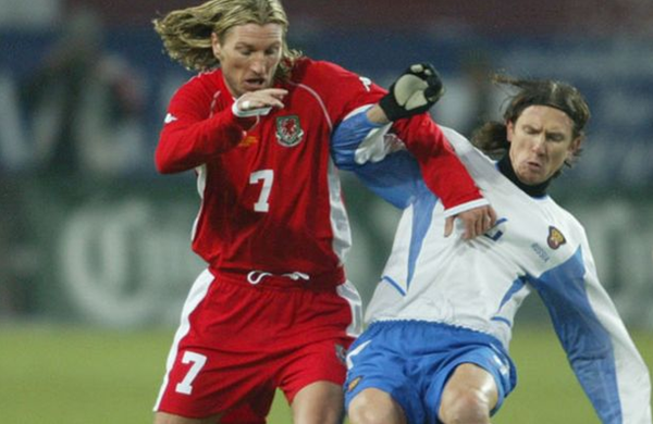 Robbie Savage, ici au duel avec Smertine | © mirror.co.uk