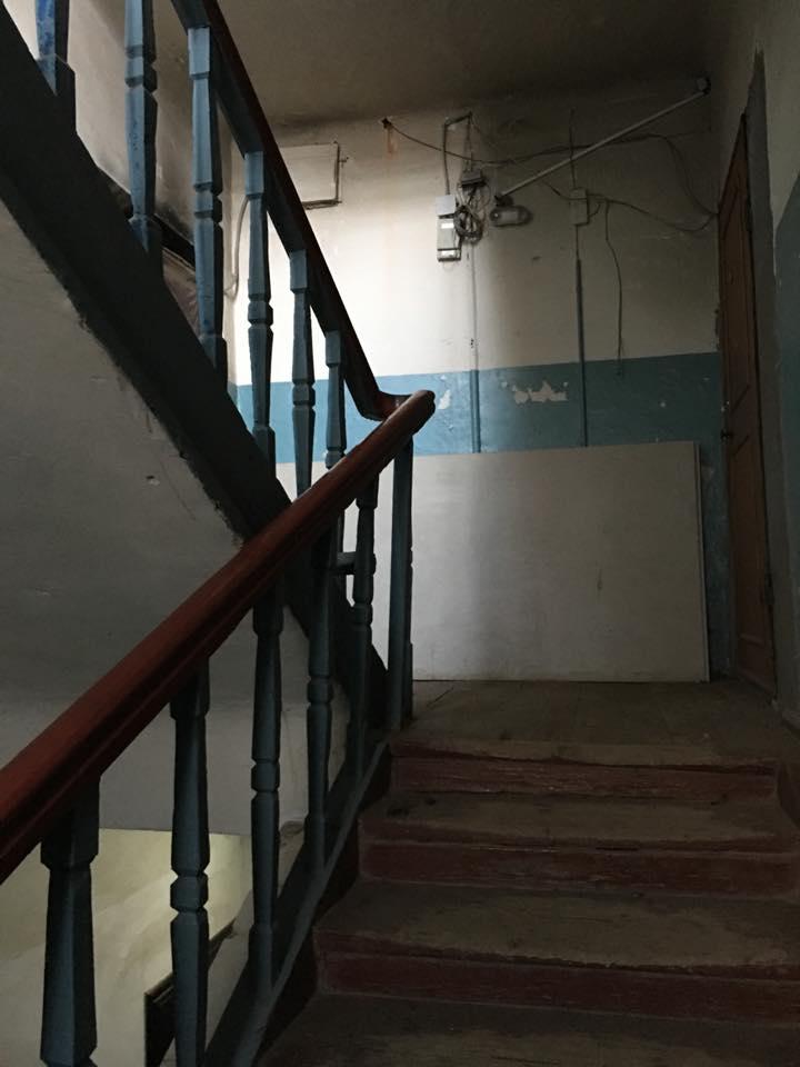 L'entrée de l'immeuble où vous trouverez la seule auberge de jeunesse de la ville © Adrien Laëthier
