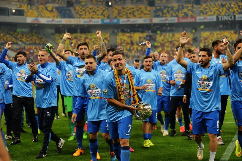 Stanciu portant la Coupe de la Ligue. | © radioiasi.ro