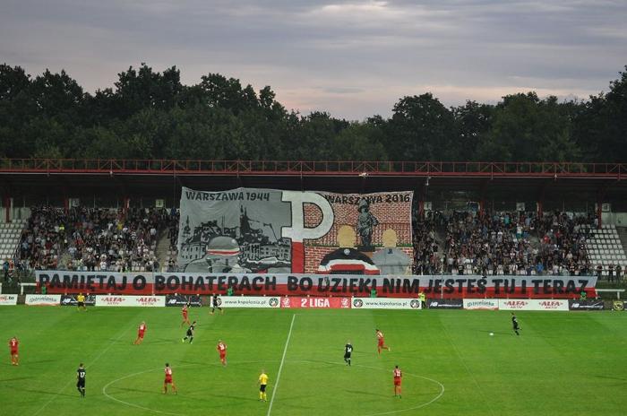 "Polonia Warszawa - Polonia Bytom ; ""Pamiętaj o bohaterach, bo dzięki nim jesteś tu i teraz. - Rappelez-vous des héros, c'est grâce à eux que vous êtes ici maintenant."" | © Ultras Enigma"