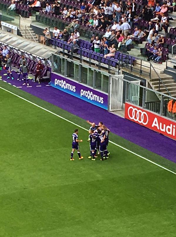La joie de Teodorczyk avec ses petits camarades après son but qui permet au Sporting de mener pour la première fois au score (© Max Zalcman/Footballski)