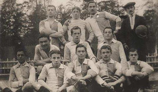 L'équipe de foot de l'OLLS au début du XXème siècle Ⓒ ellegirl.ru
