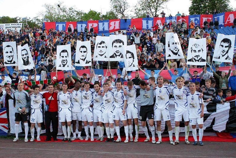 Les joueurs du club devant leurs supporters et leurs portraits Les Ultras du club ont toujours affiché leur attachement à l'Ukraine © collection d'Oleg