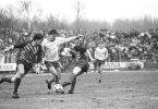 Hans Richter (milieu), attaquant du Lok, tente de passer les défenseurs du Dynamo Frank Rohde (gauche) et Heiko Bestricht (droite) (© Wolfgang Kluge, Bundesarchiv)