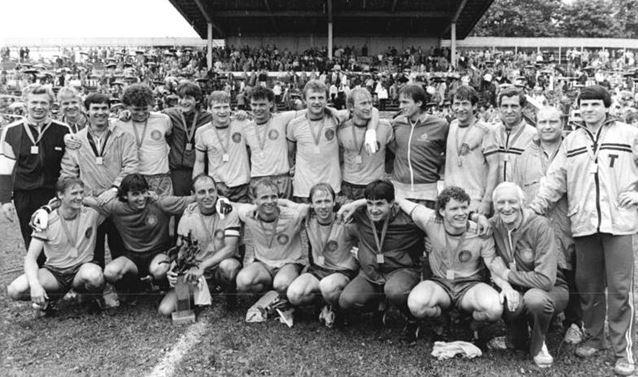 L'équipe du Lok Leipzig vainqueur de la Coupe de RDA (FDGB Pokal) en 1986 | © Bernd Settnik/Bundesarchiv