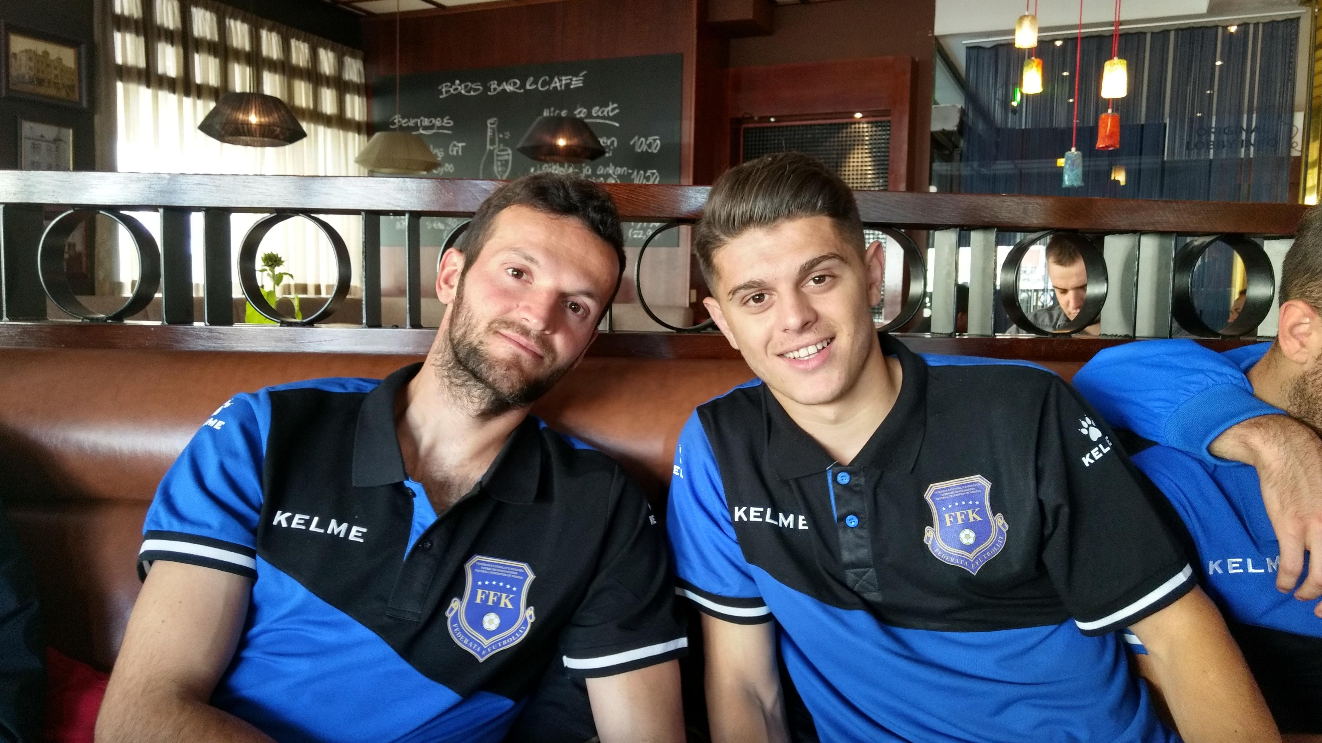 Samir Ujkani (gauche) avec Milot Rashica à ses côtés. | © James Montague