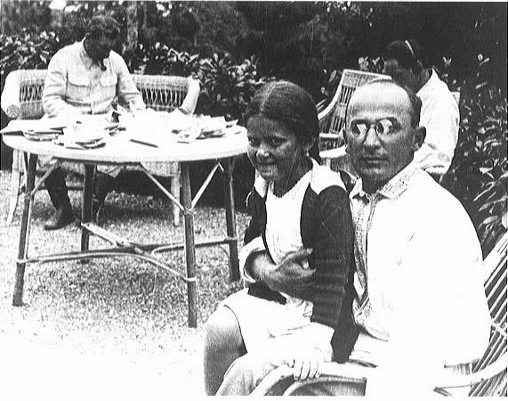 Beria avec la fille de Staline, Svetlana et son père en arrière-plan Ⓒ historytoday.com