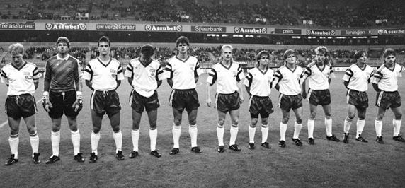 La dernière sélection de la RDA lors des hymnes nationaux (de gauche à droite : Matthias Sammer, Jens Schmidt, Andreas Wagenhaus, Uwe Rösler, Heiko Peschke, Detlef Schößler, Dariusz Wosz, Heiko Bonan, Jörg Schwanke, Jörg Stübner, Heiko Scholz) | © DPA