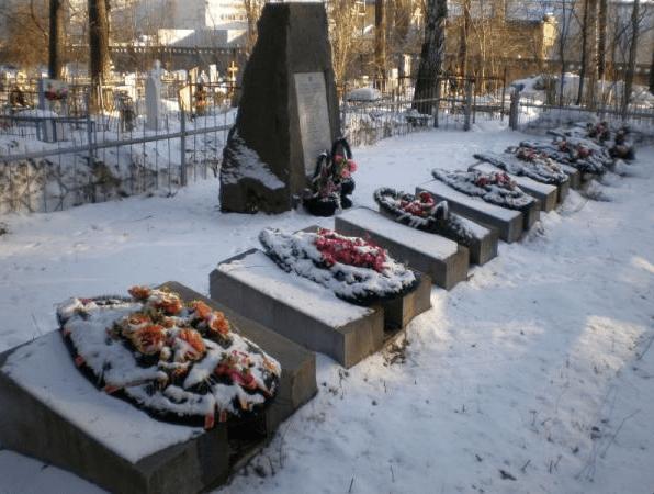 Les tombes des victimes du crash et le mémorial, à Koltsovo dans la banlieue d'Ekaterinbourg wikimapia.org