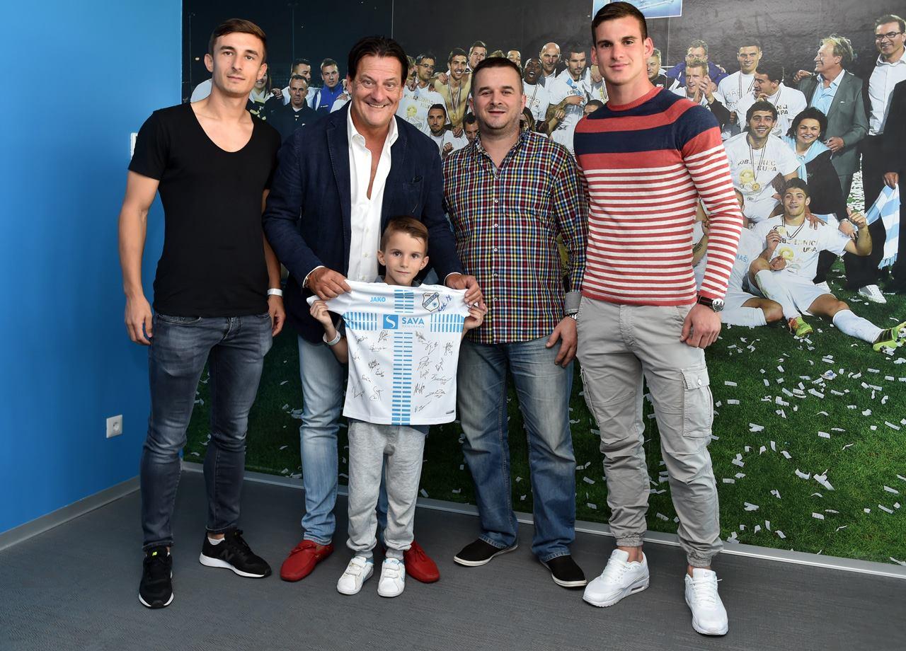 Tino Popovic avec son cadeau crédits: HNK Rijeka